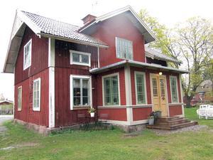 Huset på Mattön har fått en ny förstuga.