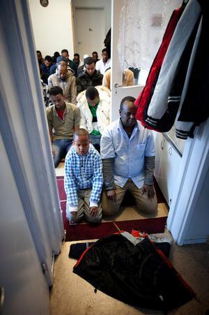 När ingen mer får plats i de stora samlingsrummen ber männen i korridoren utanför.