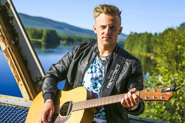 Daniel Wiklund på hemmaplan, betydligt coolare än framför idoljuryn.