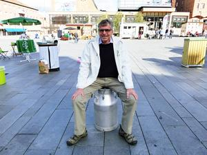 Per Åsling (C) hade för säkerhets skull tagit med en mjölkkruka att sitta på.