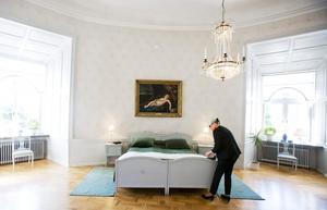 Ena halvan bäddad. Bara den ena halvan i kungaparets säng är bäddad, konstaterar Rose-Marie Frebran. Det beror på att Marianne Bernadotte är i antågande och ska övernatta här, dagen efter NA:s rundtur i de kungliga sovrummen.