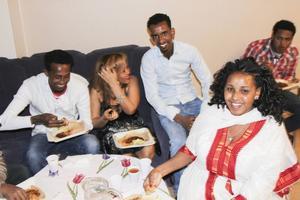 Nasinet Tekelabe i vit klänning, Ghide Zeregaber och deras vänner firar påsk.