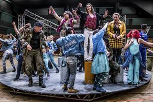 Scenen i Dalhalla är stor, och fylls med både orkester och körsångare. En rund vridscen sätter fart på scenografin, och en scen nere vid det turkosa vattnet blir badbrygga för några våtdräktsklädda sångare.