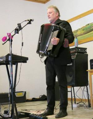 Lill-Bengts enmansorkester underhöll vid surströmmingsfesten.