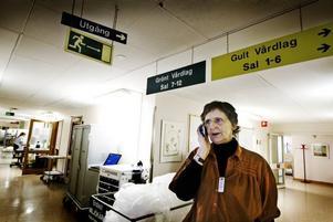 Kristina Parker är något av spindeln i nätet på sjukhuset. Som vårdplatskoordinator ska hon försöka                          se till att de 349 vårdplatserna på sjukhusets används optimalt. Men hur hon än anstränger sig räcker de aldrig till – i stället har överbeläggningar blivit regel, inte undantag.