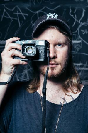 Till vardags arbetar Martin med en Sony A7 RII, en toppmodern spegellös digitial systemkamera känd för sin höga upplösning på 42,4 megapixlar. För mer konstnärliga eller privata projekt föredrar han dock en analog Leica M6, ursprungligen lanserad 1984. Trots sin ålder är den tyska mätsökarameran klart eftertraktad än idag; när den dyker upp på köp- och säljsajter som Ebay och Tradera betingar den ofta 10 000 kronor eller mer.