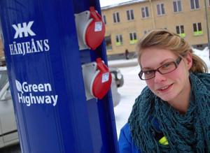 Liv Markström, näringslivssekreterare i Bräcke kommun, vid det nya elektriska tankställe som på onsdag invigs i Bräcke. Foto: Ingvar Ericsson