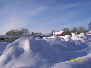 Så här såg det ut ifrån Vallonvägen mot Skultuna badet. Parkeringen har blivit snöupplägg i stället.