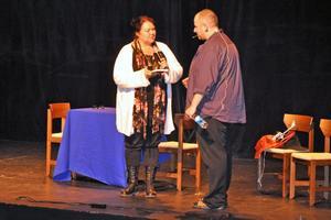 Birgitta Gustafsson tackade Peter Nyhlin för teaterföreläsningen med att överräcka ett exemplar av