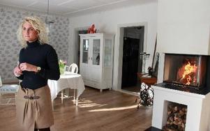 En vägg har slagits ut och det stora ljusa vardagsrummet har fått en altandörr och en fungerande öppen spis med ny insats. Foto: Sylvia Kjellberg