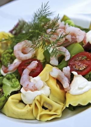 Pasta med sparris, räkor och citron är precis så vårfräscht och gott som det låter.