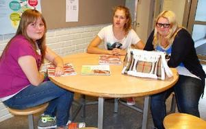 Jättebra med läxhjälp före prov eller när man varit sjuk, tycker eleverna i 9B, Lina Bergström, Enni Karhu och Alexandra Envall. Foto: Katarina Cham