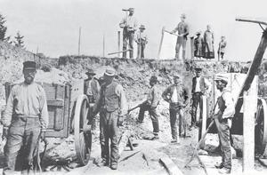 KANALBYGGET. I drygt ett år arbetade 300 man med att gräva kanalen från Jädraån till det nya järnbruket.I mitten av februari år 1862 stakades kanalen. Det var en kall vinter, vilket försvårade arbetet. Allt efter som grävningen utfördes, rann jäsleran fram och fyllde schakten. Då kanalen var färdig, såg den ut som ett nygrävt jättedike med sand och jordvallar på sidorna. Kanalen var 10 400 fot lång, 16 fot djup och 45 fot bred. Stora oförutsedda kostnader uppstod på grund av jäslera på djupet och bergsprängning.