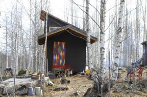 Det lilla huset som är under uppbyggnad. Dörren köpte Stefan på nätet och målade sedan de färgglada fälten på den tillsammans med sin dotter Elvira.