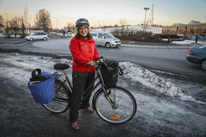 Eva Frank försöker att i möjligaste mån undvika att cykla vid Fyrvallarondellen. – Jag tror kanske att det handlar om dålig sikt på grund av det som står i mitten av rondellen, säger hon.