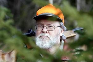 Bertil Sundin från Alsen är före detta jaktinstruktör. Han är djupt kritiskt till hur det gick till när älgkalven på isen sköts.