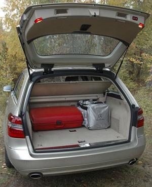 Nästan precis två kubikmeter last sväljer bagageutrymmet om baksätet fälls. Och det görs med ett reglage som sitter precis vid lucköppningen. Luckan kan fjärröppnas från startnyckeln.