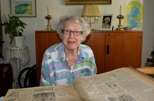 Birgit Larsson läser om invignignen av Sidsjöns sjukhus 1943. Ett år senare tog hon själv på sig den vita rocken.