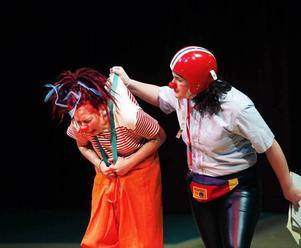 Den stränga polisclownen läxar upp den busiga clownen som gömde sig i en koffert.