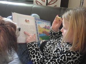 Elsa hälsar på hos farmor och passar på att läsa saga för Charlie.