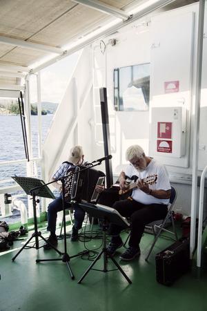 På dagsturerna underhåller duon Sven-Olof och Göran.