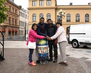 Lycka till på din promenad säger vännerna. Från vänster: Sisila Andersson, Hassan Ragab, Hafiz Imran och Josephine Tellberg.