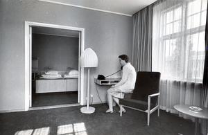 21 juni 1965. Den här rumssviten, nyrenoverad i äldre delen av Stadshotellet, kostar 73 kronor per natt. Fru Ulla Lind prövar