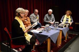 Deckarfestivalens första samtal. Författarna Annika Sjögren och Leif Woxlin, bibliotekarierna Åsa Granath och Gunilla Grill samt kultursekreterare Håkan Nordman.