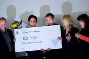 Glada vinnare på Östersunds städ och hemservice får ta emot 100 000 kronor som pris för arbetsplatsen med högst kvalitet.   Foto: Håkan Luthman
