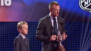 Henrik Sedin med sonen Valter vid sin sida under NHL Awards i Las Vegas.