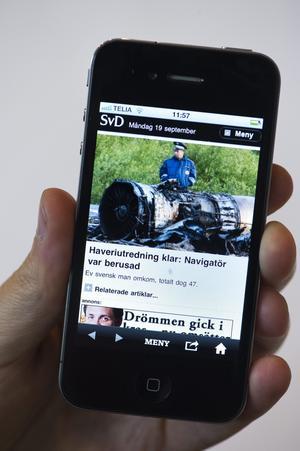 Snart i var mans hand. 35 procent av smartphoneanvändarna säger att det första de gör på morgonen är att kolla telefonen. foto: scanpix