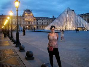 Kulturstaden. Ingela Wall framför Louvrens entré, på plats i Paris för att filma konstverk. Men stämningen på strängt säkerhetstänkande franska museer är svettig.