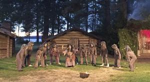 Trollmor (Monica Ähdel) leder sina ungar i vilda upptåg.