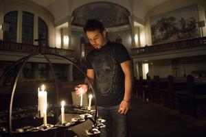 Khosro Ahmadi flydde från Iran och söker nu uppehållstillstånd i Sverige. Han hoppas att asylkommittén kan hjälpa honom med hans fall.