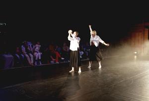 Annika Li Krusensten och Adele St Aubin i Felix Skalbergs föreställning