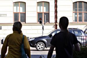 Vasaskolan har länge kritiserat trafikljusen vid Staketgatan. Det tar för lång tid innan det slår över till grönt för fotgängare. Men lagom till skolstart hoppas kommunen att problemet ska vara åtgärdat.