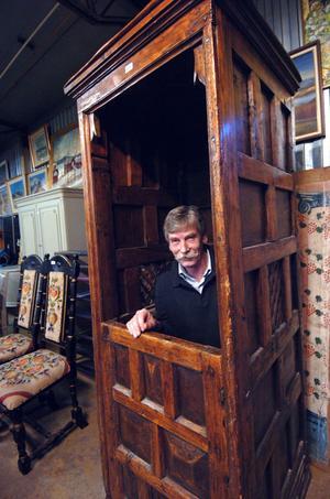 Aldrig förr har auktionisten Peter Ericsson sålt en biktstol. Och knappast har han suttit i någon heller.