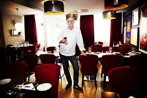 Brasserie Rendez – Vous. Claes Nelander är delägare i populära Brasserie Rendez – Vous, men det är inte hans enda jobb. Han arbetar även som konsult och projektledare.