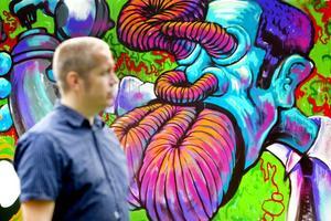 Graffitiväggen vid länsmuseet är på plats och den första målningen gjordes av Gävlekonstnären Rolfcarlwerner.