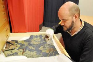 En damask från tidigt 1800-tal håller än i dag när Ola Hanneryd plockar fram den från Fjällmuséets arkiv.