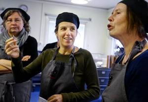 Christele Droz Vincent arbetar som livsmedelsingenjör i Frankrike och håller i kursen. Bodil Cornell, som är med och arrangerar kursen, tolkar.