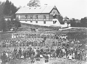 Början av 1900-tal. Dalkarlar och kullor samlade för arbetsdagar i dåtidens Stockholm.
