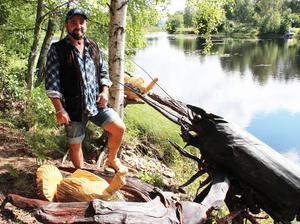 En rotvälta inspirerade Göran Hagman att såga till jättekräftan som fått sin plats i vattenbrynet.