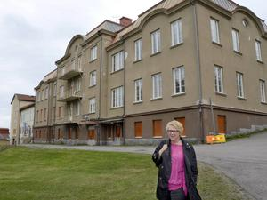 Ewa Lindstrand framför Vivsta skola. Arkivbild.