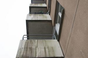 De vita balkongerna är mörka av smuts.