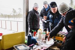 Susanne Andersson från Hamra gymnastik- och idrottsförening serverade varmkorv och hembakta kakor under skiddagen.