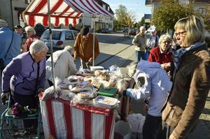 Lekebergskyrkan och Elim i Hackvad säljer bröd på torget i Fjugesta till förmån för kampanjen Ge för livet.