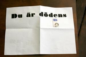Hotbrevet. I går kom brevet som gjorde den kidnappade kvinnan än mer skärrad. Senare kom polisen och hämtade brevet.