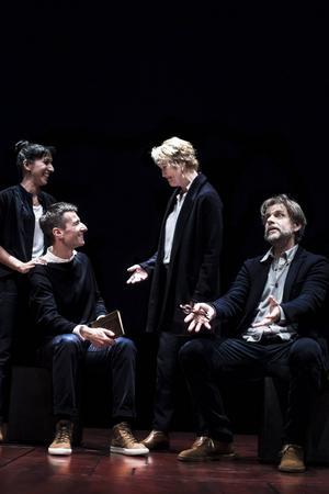 Hedda Gullander, Peter Perski, Cecilia Nilsson och Per Burell i Riksteaterns uppsättning av
