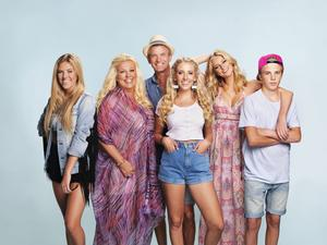 Philippa, Mia, Jesper, Peg, Penny, och Pheonix Parnevik får fler kändisar på besök. Pressbild.